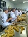 Alunos de Agroindústria participam de aula de processamento do milho verde