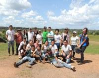 Alunos participam de aula prática em fazenda de Caracaraí