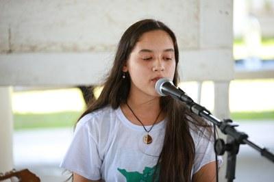 Rebeka, que é venezuelana, é bolsista do projeto Socializando com a Música
